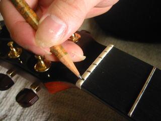 弦の張り替え方(ナットに鉛筆の芯をケガいて滑りをよくする)