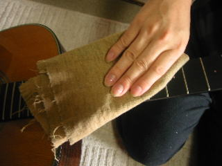 弦の張り替え方(ネック、レモンオイルやオレンジオイルで拭く)
