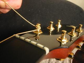 弦の張り替え方(ペグに下に巻いて行く)