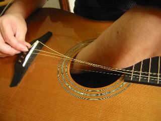 弦の張り替え方(下から叩いてブリッジピンを抜く)