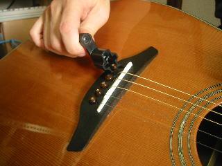 弦の張り替え方(専用の道具を使ってブリッジピンを抜く)