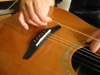 弦の張り替え方(弦を弾き出す)