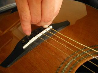 弦の張り替え方(ブリッジピンを抜く)