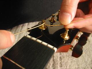 弦の張り替え方(牧一の最初は弦を上に持って行く)