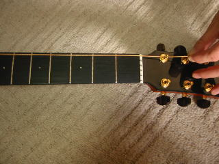弦の張り替え方(ペグの穴にまっすぐに通す)