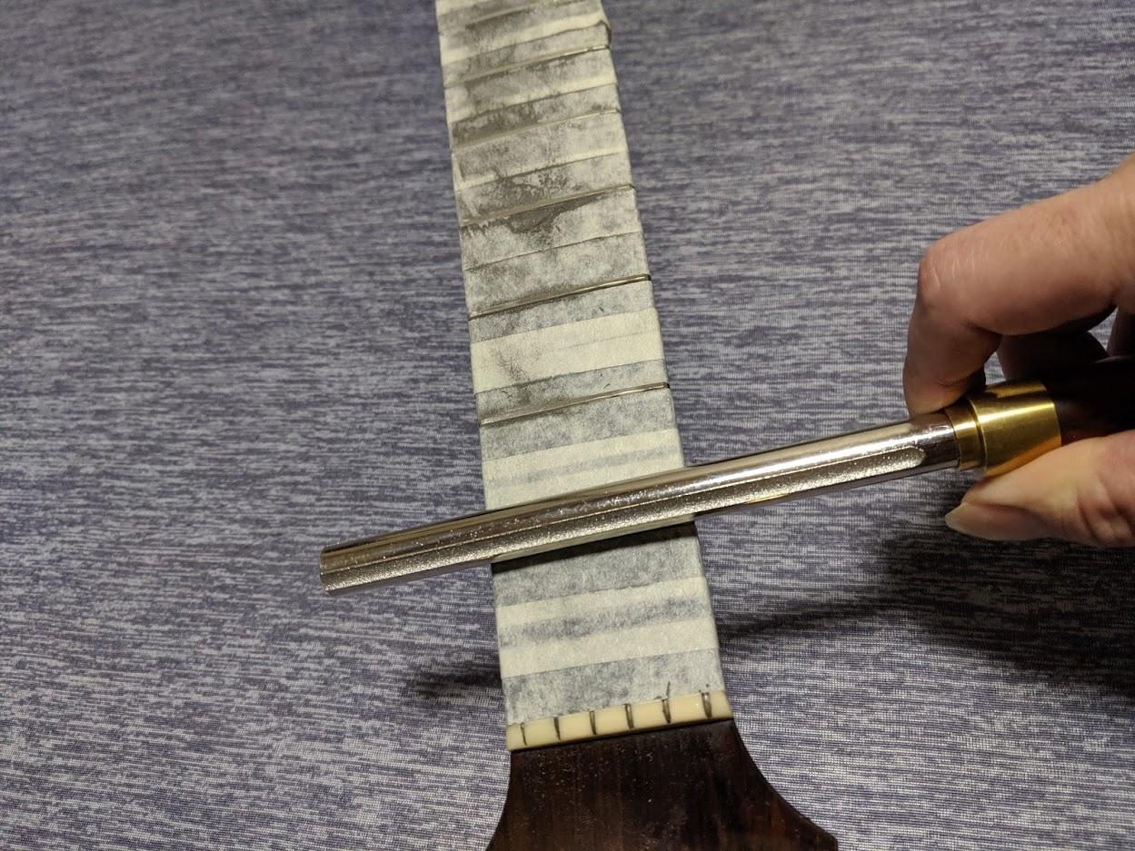 ギターフレッツファイルでフレットを丸めているところ